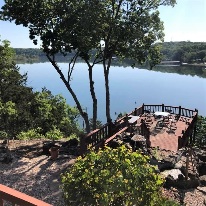 Golden Getaway, Table Rock Lakefront with AMAZING OVERLOOK DECK, Game Room & Bar Area, Luxury House