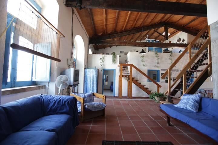 interno: soggiorno al piano terra. Interior: sitting-room on the ground floor