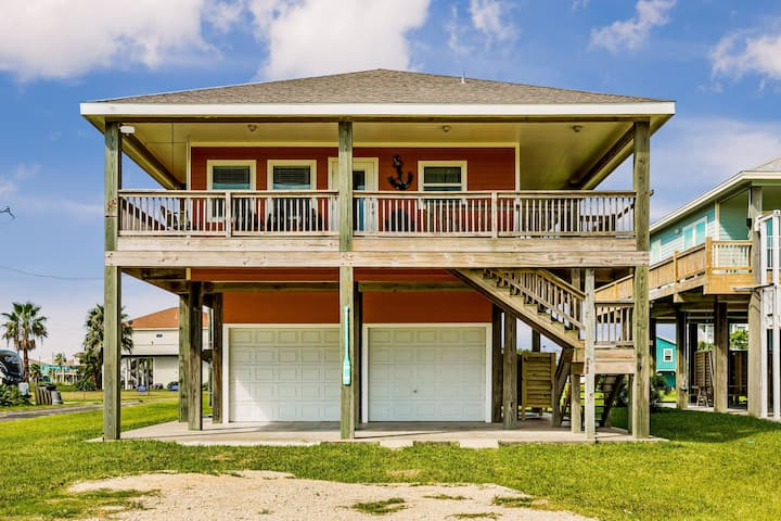 Beachview dog-friendly home - upstairs deck & full kitchen