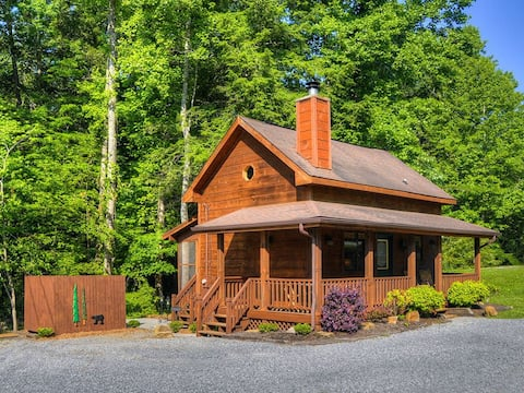 CREEKSIDE Tiny Cabin w/ Hot Tub | Pigeon Forge