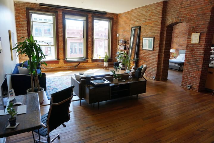 1900s Exposed Brick Loft Apartment - Near it all!