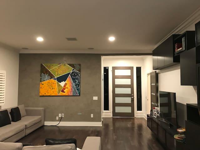 Large modern house in heart of LA.