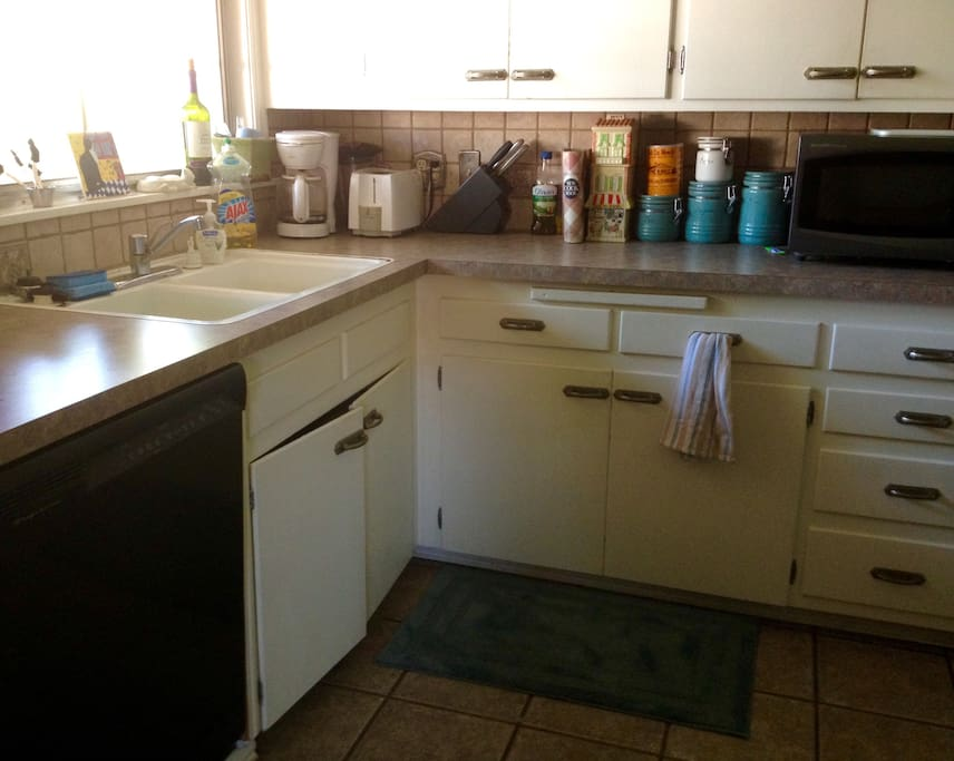 Full access to Kitchen: dishwasher, microwave, cabinet space...