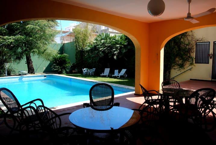 El amplio jardín tiene un porche, una gran piscina y un frontón de uso polivalente