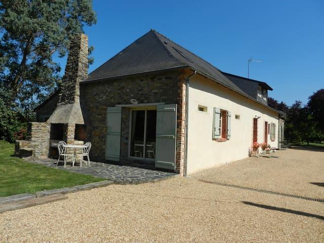 Chambre tout confort dans ancienne fermette - Le Lion-d'Angers - Huis
