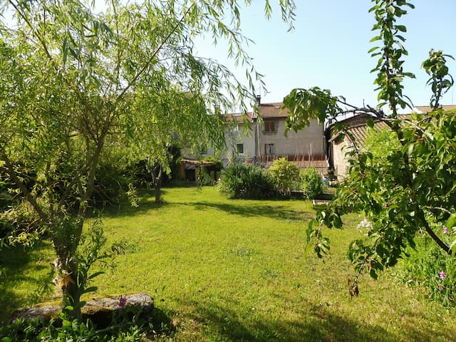 Jolie maison calme, jardin clos, pet friendly