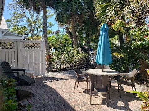 Steps to Beach & Siesta Key Village-Village condo