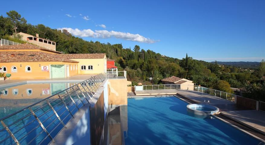 Grnd flr 2 bed apt, terrace, pools - Callian - Byt