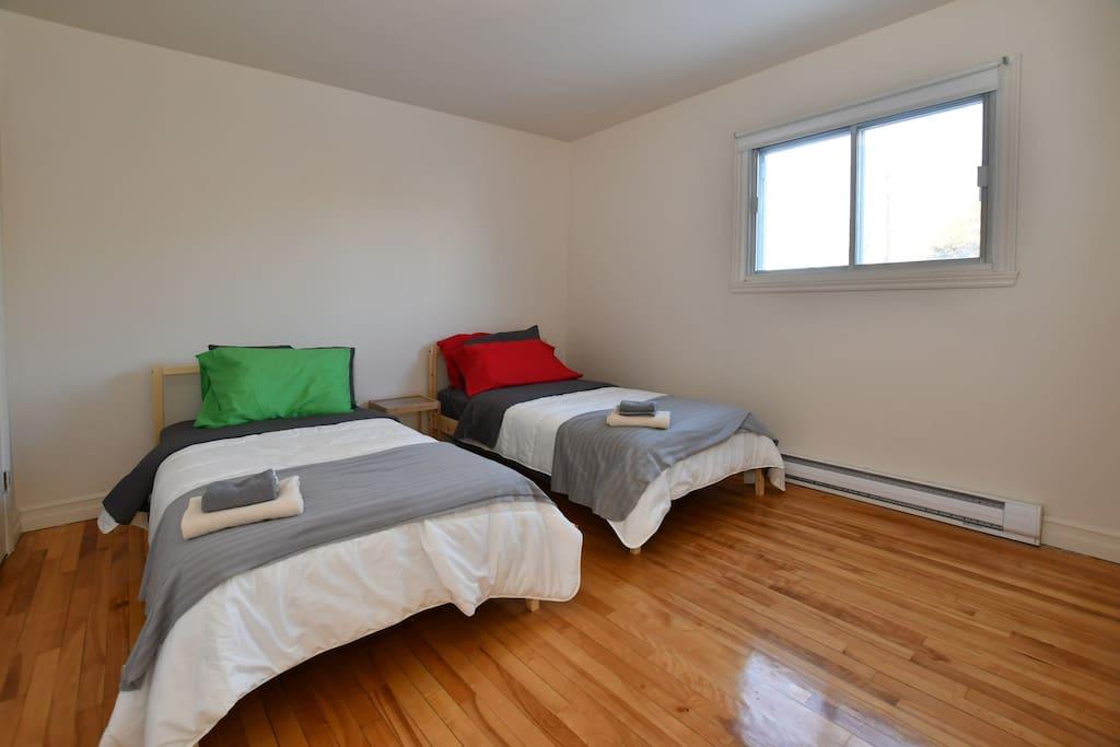 2 nouveaux lits simples avec nouvelle literie