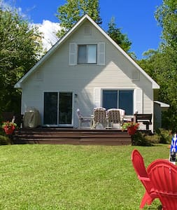 Beautiful beach front cottage on Lake Leelanau - Lake Leelanau