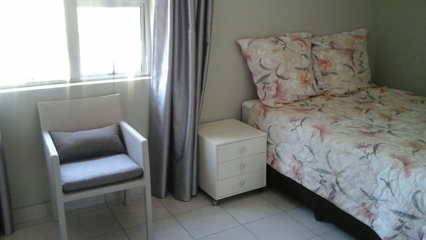1 Wk + Self Catering accommodation - Sandton  - Chalet