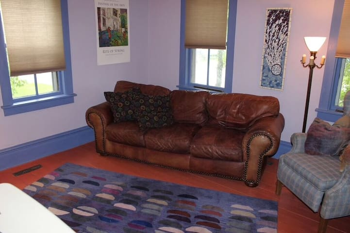 Artsy, comfy, walkable, colorful space, sleeps 4,