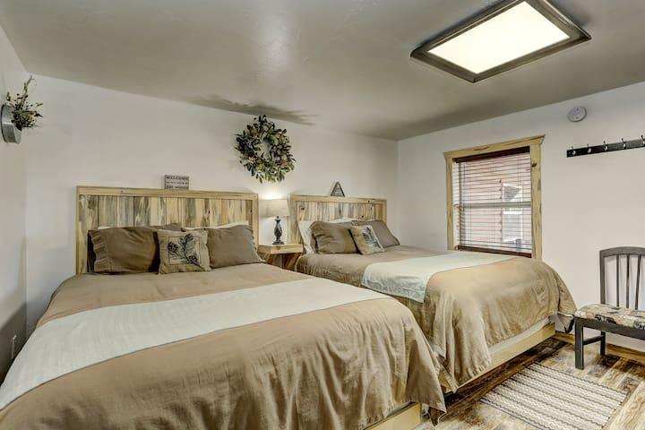 Cascade Lake Inn #5 (Dual Queen Beds)