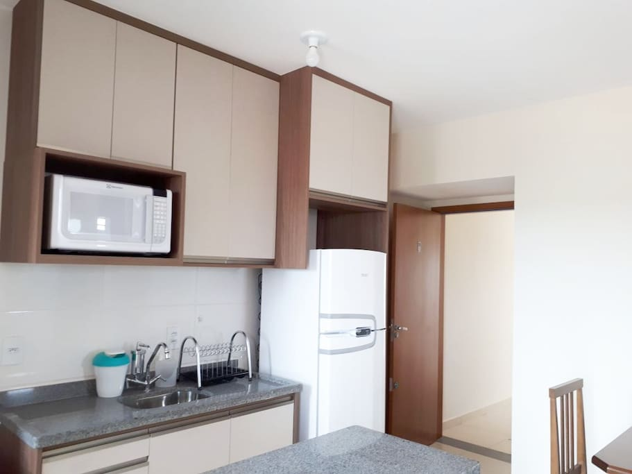 Cozinha completa com utensílios domésticos.