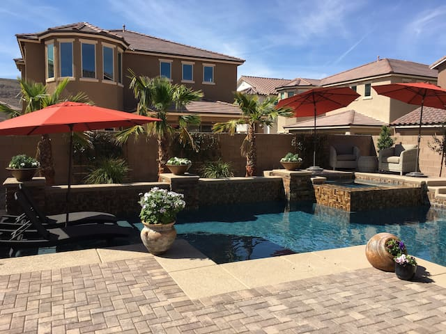 Stunning new home w/ pool & spa, great for groups! - Las Vegas - Casa