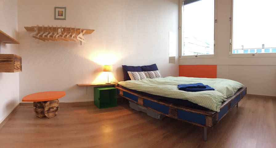 Colorful modern room in an industrial neighborhood - Carouge - Hostal