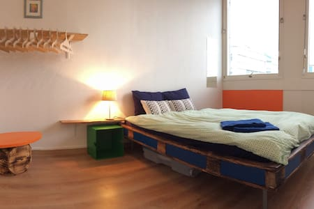 Colorful modern room in an industrial neighborhood - Carouge - Vandrarhem