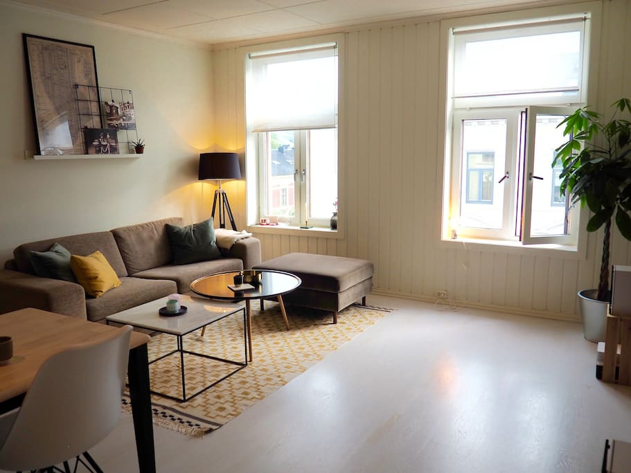 A cozy and spacious livingroom with large windows and plenty of light. Really good atmosphere in the evening time.