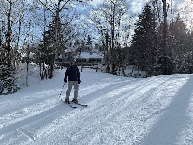 RB21: Newly and completely renovated Bretton Woods condo in unbeatable SKI-IN SKI-OUT location. Fireplace, WiFi, AC, Free Shuttle, and DISCOUNTED SKI TICKETS! SPECIAL OFFER - FREE SKI TICKETS!!!