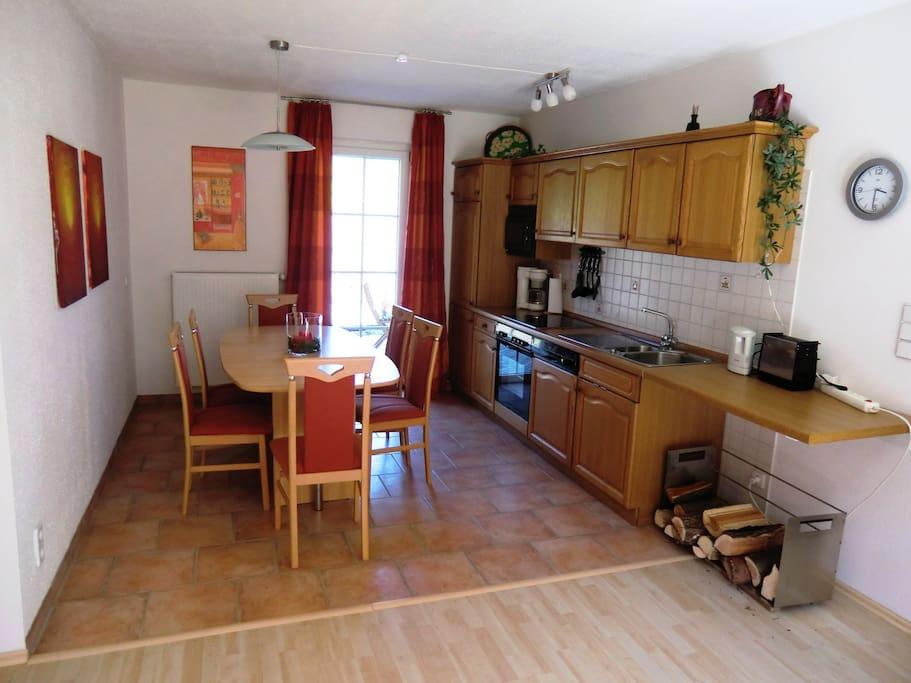 Küche in Vollausstattung mit direktem Nord/Ostterrassenzugang mit Grill.