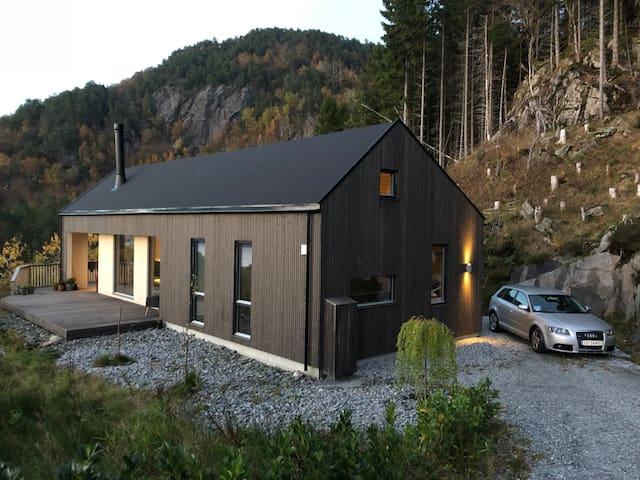 Lys og trivelig hytte ved fjorden