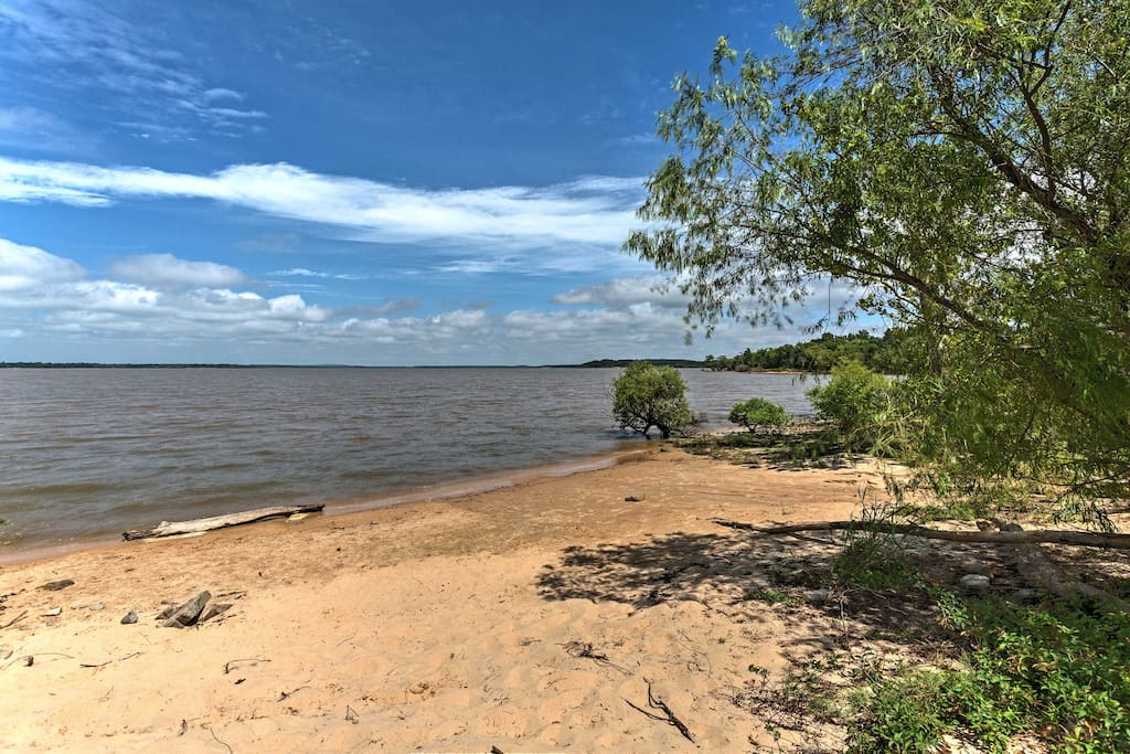 You are just steps from Lake Eufaula.