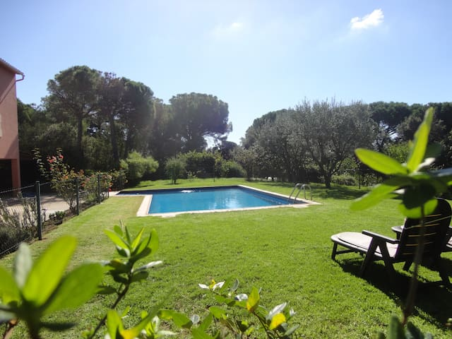 VILLA GAUDI, HOUSE FOR 10 PEOPLE, WITH PRIVATE SWIMMING POOL AND BIG GARDEN