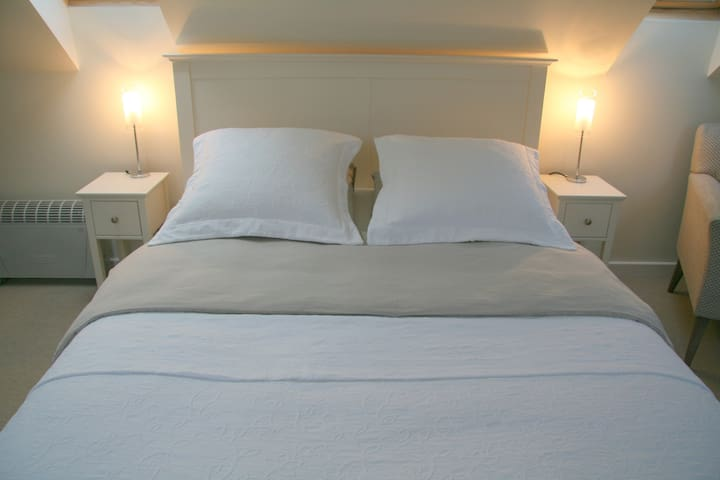 Comfortable double bed with a very comfortable Tempur mattress.