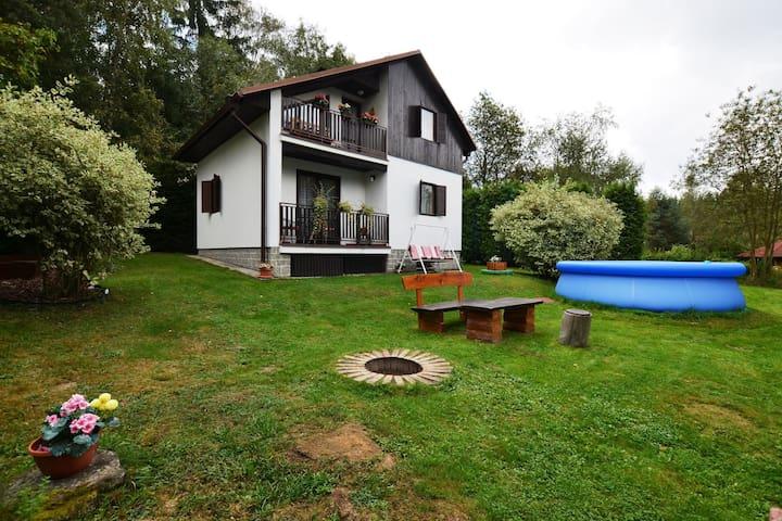 Ruim vakantiehuis met zwembad, grote tuin met terras en bbq