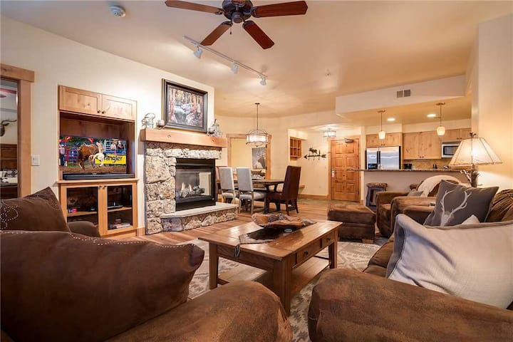 AL4203 Beautiful & professionally decorated! Short walk to the slopes!
