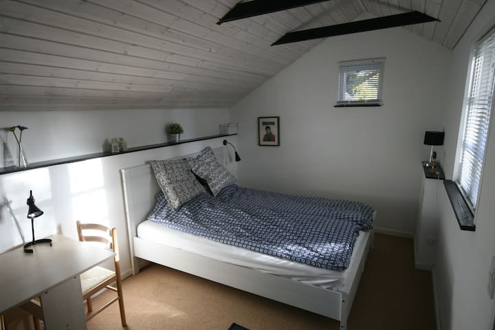 Charming room in our little guesthouse - Silkeborg - Inap sarapan