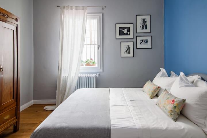 Quattro cuscini disponibili per il letto matrimoniale. 2 cuscini in memory foam.