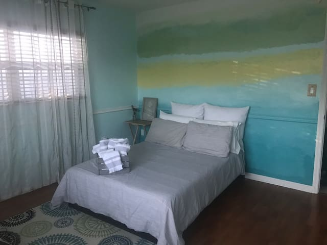 Colorful yet Calming Private Room near Tyrone Mall