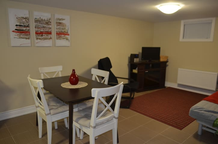 20 minutes from Airport & Easy access to Toronto!