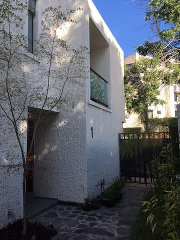 Habitación con balcón, cama king, baño compartido