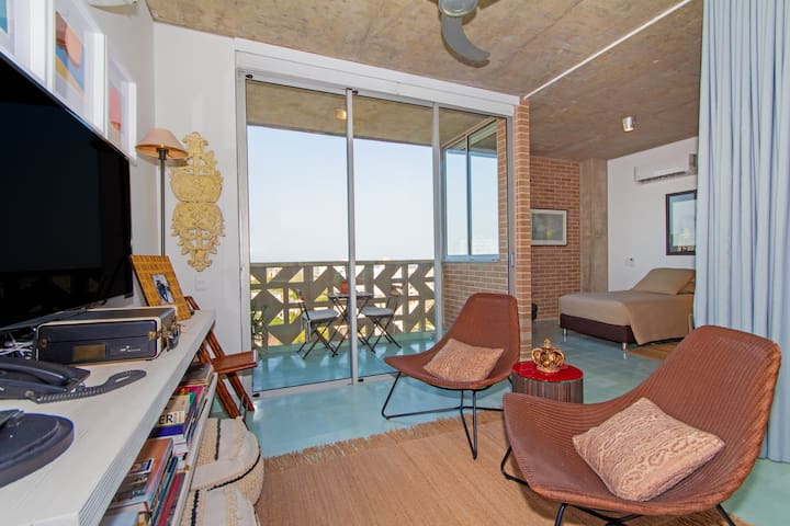 1BR balcony and  river view apt. Long & short term