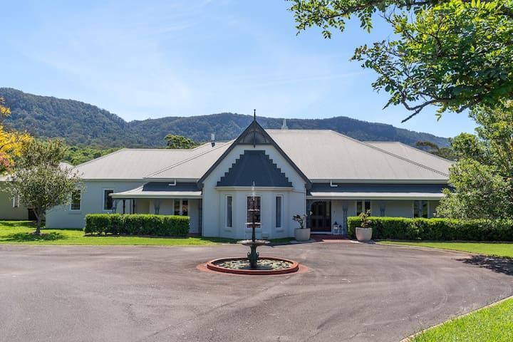 Cowley House – stunning entertainer, views, pool