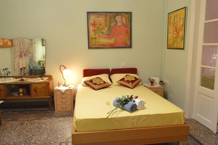 υπνοδωμάτιο 1 διπλό κρεβάτι με καινούριο ορθοπεδικό στρώμα