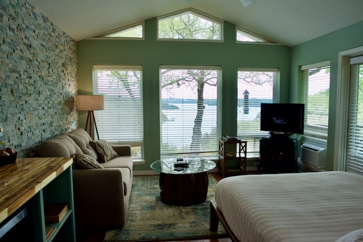 Romantic Lakeview Jacuzzi Suite