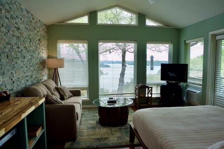 Romantic Lakeview Jacuzzi Suite