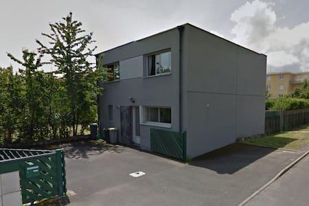Chambre avec salle d'eau privative au calme - Clermont-Ferrand - 独立屋