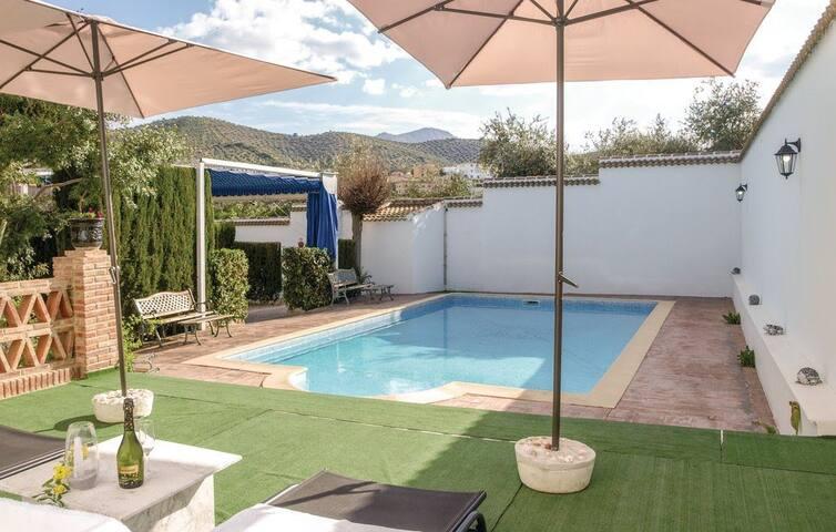 Villa Amparo, con jardín y piscina de agua salada.
