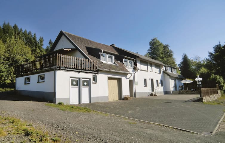 Holiday apartment with 3 bedrooms on 120m² in Preischeid