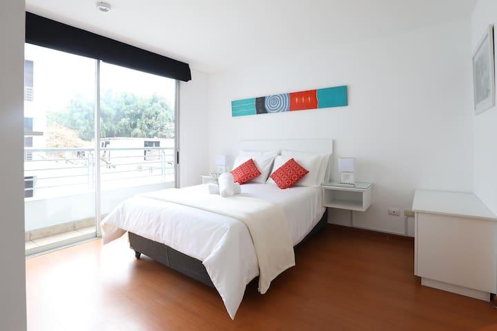 Amplia habitación con cama doble