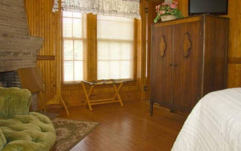 DeFalco Room 1 · Lake Winnipesaukee Historic Inn at Smith Cove-1