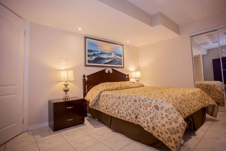 LUXURY APARTMENT and CENTRAL MISSISSAUGA LOCATION