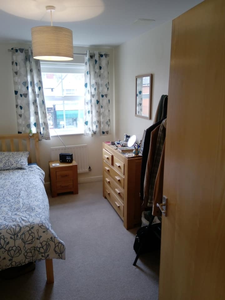 Comfy and convenient single room in Woking centre