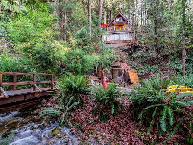 Treehouse Cottage, Private Hot Tub, Half Acre