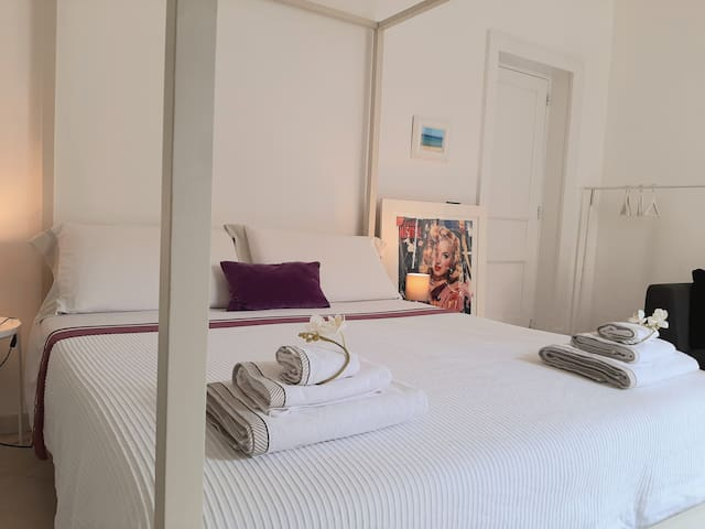 DIAMOND DELUXE ROOM; VERY CENTRAL AND COMFORTABLE!
