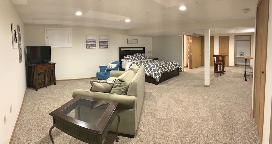 June's Place: Private Basement Suite near Airport